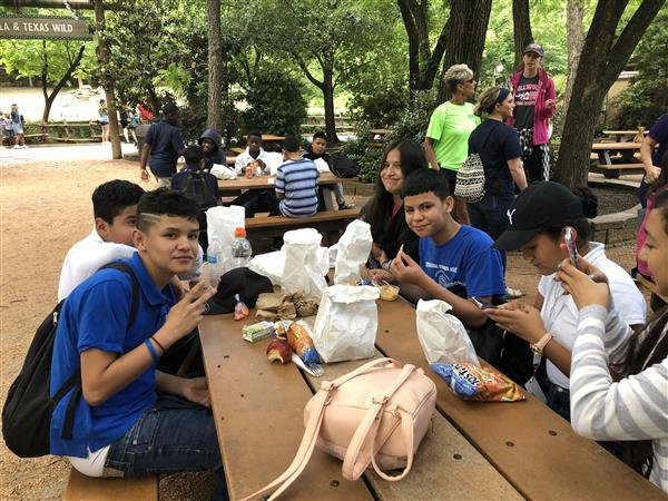 Students go on zoo field trip