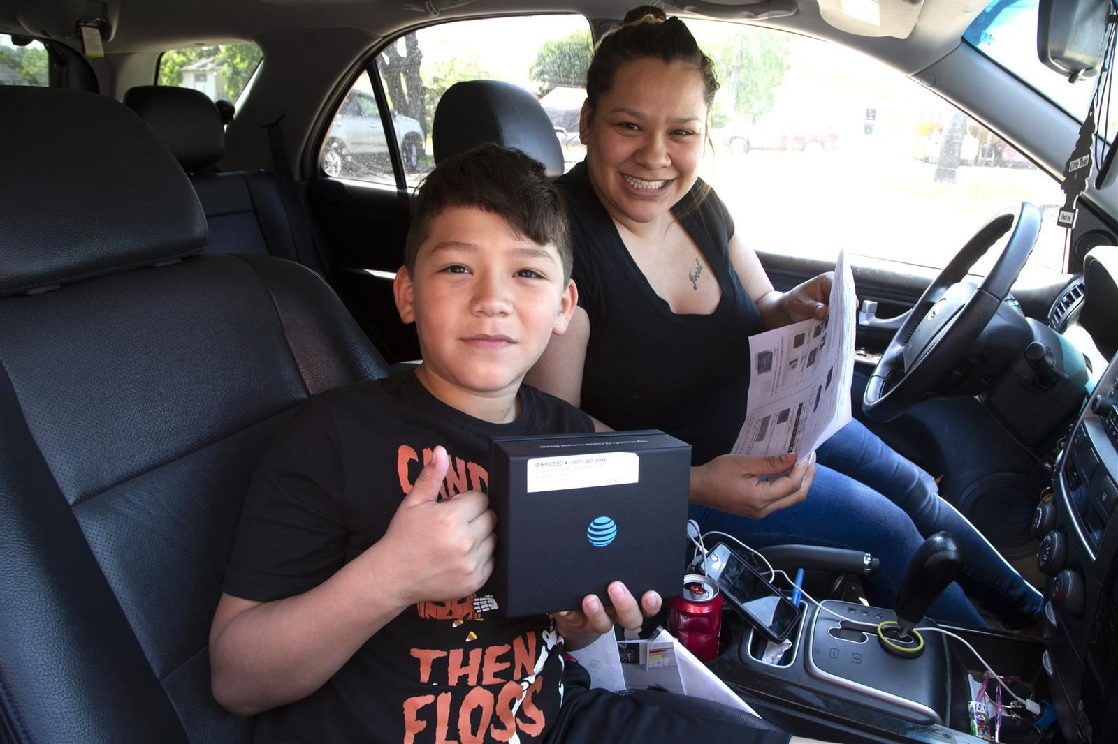 Fort Worth ISD Parents and Students Drive-Thru to Pick-Up Hotspots